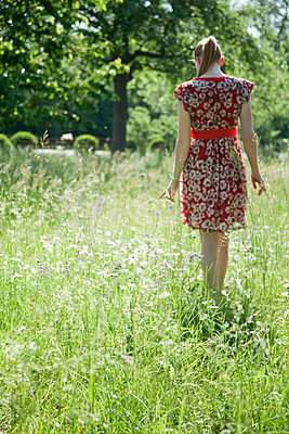 Woman on a meadow - p993m698510 by Sara Foerster