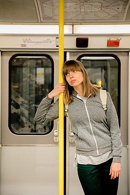 Junge Frau mit Rucksack steht im Eingang der U-Bahn I - p1212m1137014 von harry + lidy