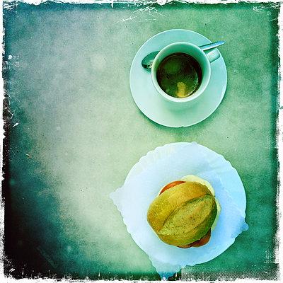 Frühstück mit Kaffee - p427m1194867 von Ralf Mohr