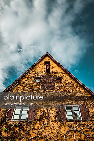 Spitzer Hausgiebel in der Altstadt von Dinkelsbühl - p248m2291821 von BY