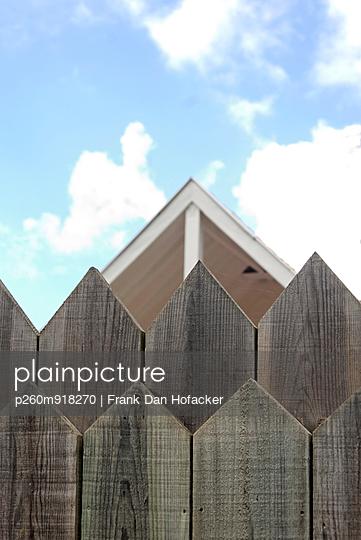 Holzzaun mit einem Haus - p260m918270 von Frank Dan Hofacker