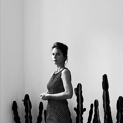 Frau vor Kakteen - p1521m2133642 von Charlotte Zobel
