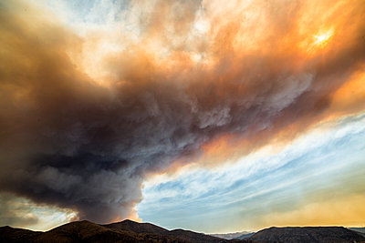 Smoke plumes billowing from sand fire, Santa Clarita, California, USA - p429m1494505 by Jessica Moore