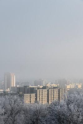 Wohngebiet mit Hochhäusern im Winter - p739m1194635 von Baertels