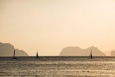Boote am Abend - p842m1123825 von Renée Del Missier