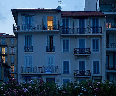 Stadthaus in blauer Stunde - p1330m1170991 von Caterina Rancho