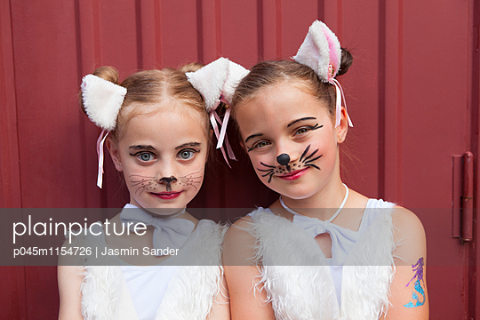 Katzen-Freundinnen Kopf an Kopf - p045m1154726 von Jasmin Sander