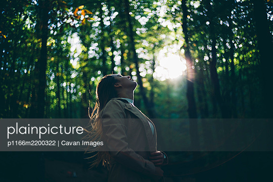 Pretty girl poses in the nature - p1166m2200322 by Cavan Images