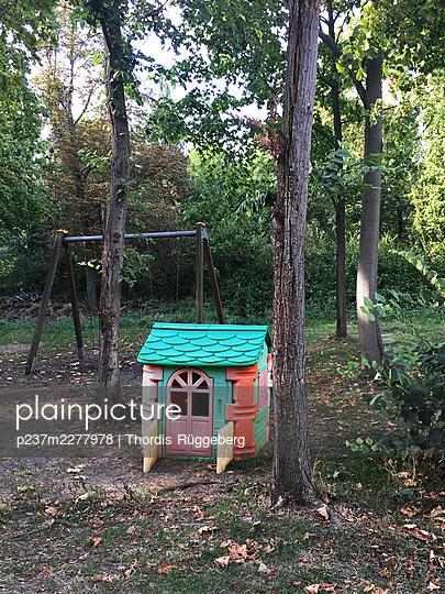 Play house among trees - p237m2277978 by Thordis Rüggeberg