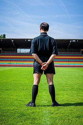 Referee, rear view, Friedrich-Ludwig-Jahn-Sportpark - p1093m2193633 by Sven Hagolani