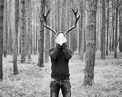 Mann mit Geweih vor dem Gesicht - p1124m1123303 von Willing-Holtz
