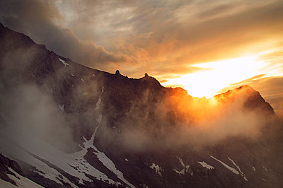 Scenic view of mountains during sunrise - p1166m1172926 by Cavan Images