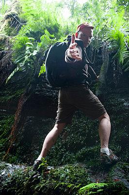 Mann im Wald - p427m916687 von R. Mohr