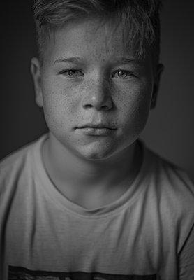 Portrait of freckle-faced boy - p552m2203580 by Leander Hopf
