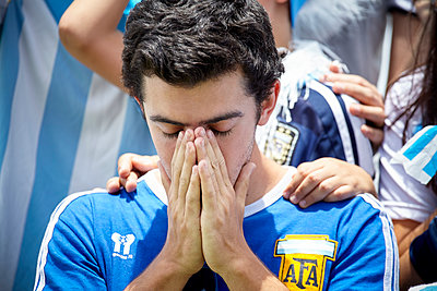 Argentinian football fan looking disappointed at match - p623m1546142 by Belen Majdalani