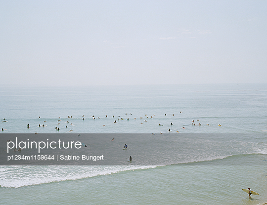 Menschen am Strand - p1294m1159644 von Sabine Bungert