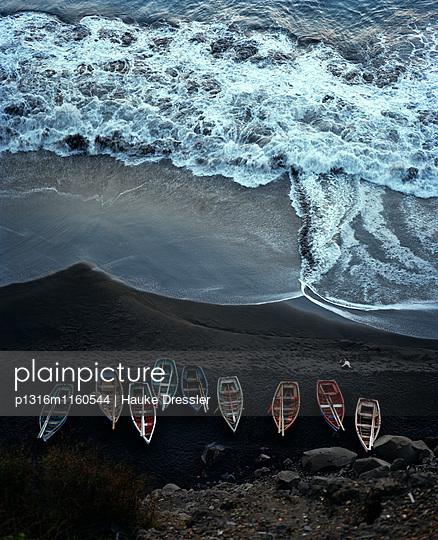 Blick vom Plateau der Altstadt Sao Filipe auf Fischerboote am Lavastrand, Insel Fogo, Ilhas do Sotavento, Republic Kap Verde, Afrika - p1316m1160544 von Hauke Dressler