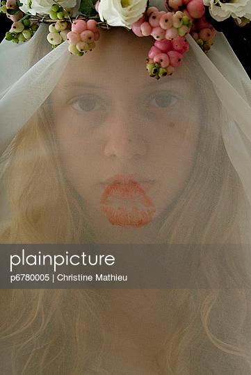 Gesicht der Braut hinter Schleier - p6780005 von Christine Mathieu