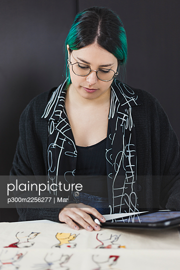 Young female freelancer with digital tablet working at studio - p300m2256277 by Mar