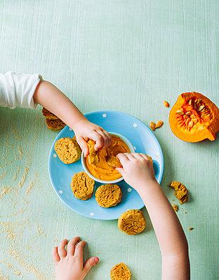 Lunch in the preschool  - p1053m1559710 by Joern Rynio