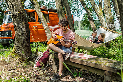 Parents with baby on camping vacation - p1146m2196023 by Stephanie Uhlenbrock