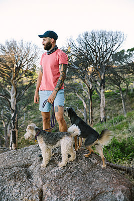 South Africa, Man with two dogs on a rock - p1640m2246179 by Holly & John