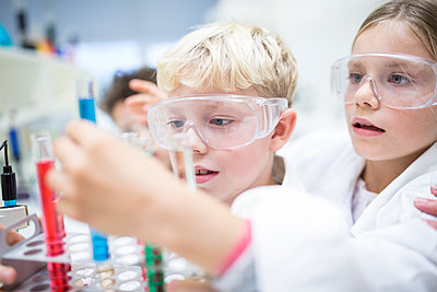 Pupils in science class experimenting with liquids in test tubes - p300m2005278 by Fotoagentur WESTEND61