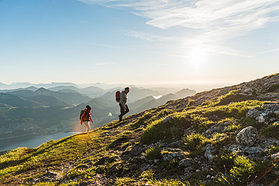 Austria, Salzkammergut, Couple hiking in the mountains - p300m2013174 by Uwe Umstätter
