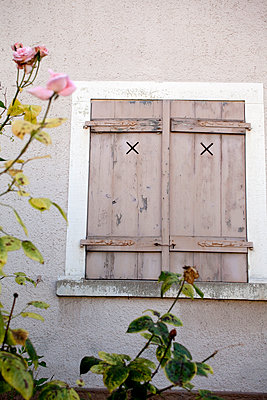 House with closed shutters - p580m2071238 by Eva Z. Genthe