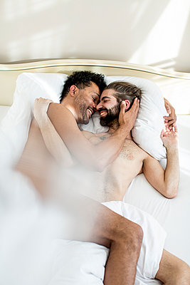 Gay couple in bed - p787m2115256 by Forster-Martin