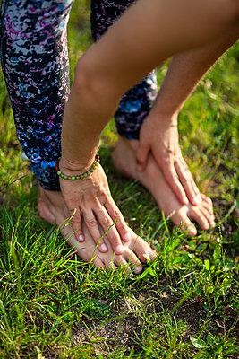Young woman practicing yoga - p795m2191358 by JanJasperKlein