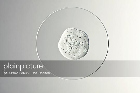 Gel auf Glasschale - p1092m2053635 von Rolf Driesen
