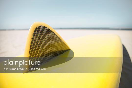 Finne von gelben Surfbrett am Borkumer Strand - p1162m1475407 von Ralf Wilken