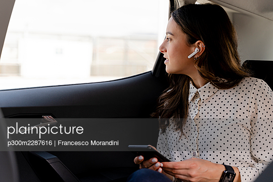 Italy, Tuscany, Florence, Young woman business - p300m2287616 von Francesco Morandini
