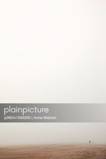 Strandspaziergang im Nebel - p382m1540209 von Anna Matzen