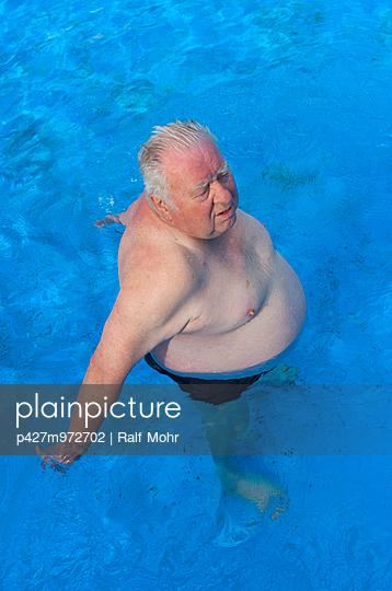 Älterer Mann im Schwimmbad - p427m972702 von R. Mohr