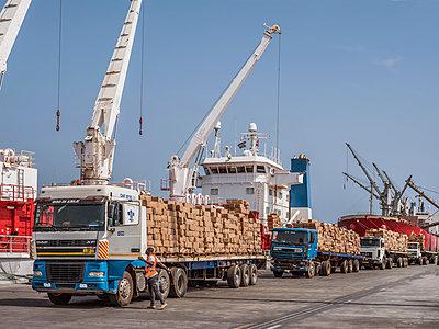 LKW's mit Fracht im Hafen - p390m1586487 von Frank Herfort