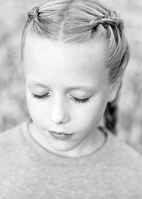 Porträt Mädchen mit Zöpfen - p552m2100575 von Leander Hopf