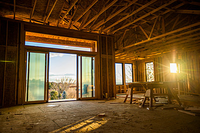 House with scenic view under construction - p555m1219631 by Steve Smith