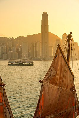 Junk boat in Victoria Harbour, Hong Kong Island, Hong Kong - p651m2033261 by Ian Trower