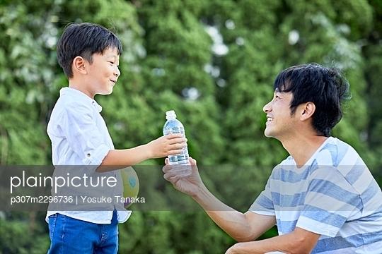 Japanese family at home - p307m2296736 by Yosuke Tanaka