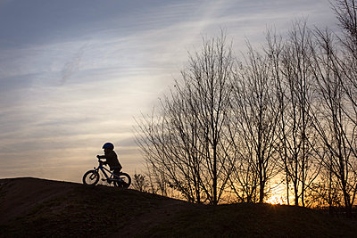 Kind mit Fahrrad - p1308m1332331 von felice douglas