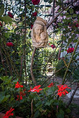 Blumen und Skulptur der Jungfrau Maria - p1437m1502337 von Achim Bunz