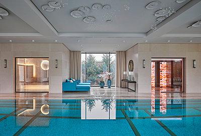 Schwimmbad in einer privaten Villa - p390m2263710 von Frank Herfort