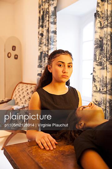 Two women - p1105m2128914 by Virginie Plauchut