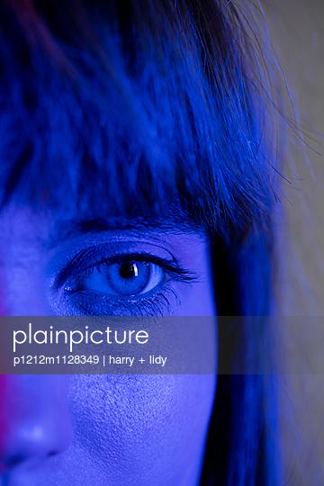 Gesicht einer jungen Frau im Anschnitt - p1212m1128349 von harry + lidy