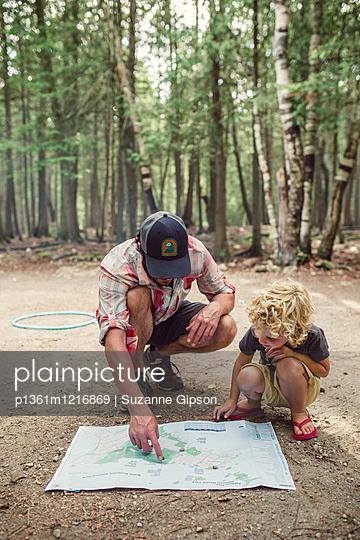 Vater und Sohn planen einen Trip - p1361m1216869 von Suzanne Gipson