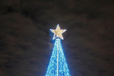 Modern Christmas tree in Greenwich  beneath moody sky - p1072m829343 by Neville Mountford-Hoare
