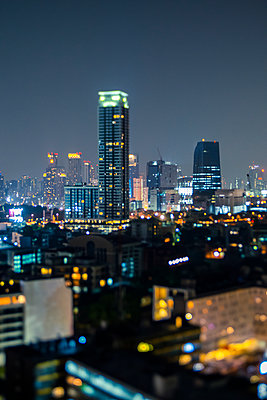Thailand, Bangkok, Tilt shift of downtown skyscrapers at night - p300m2198580 by Giorgio Fochesato