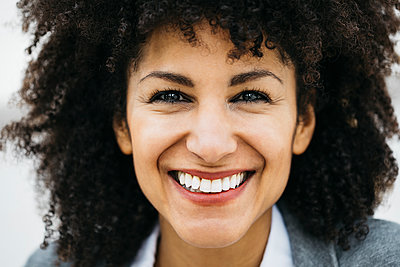 Portrait of happy woman with curly hair - p300m1568107 by Josep Rovirosa
